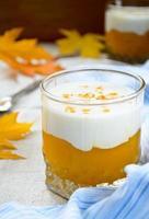 frullati di crema di zucca dolce e denso yougurt greco foto