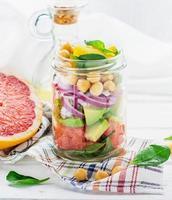 deliziosa insalata messa in un barattolo per un facile trasporto