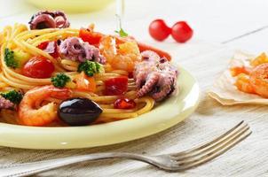 piatto di pasta alla marinara di spaghetti di pesce foto