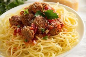 pasta con polpette in salsa di pomodoro.