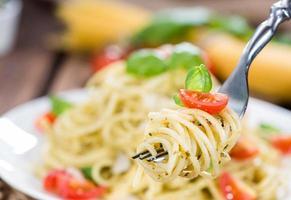 spaghetti al pesto su una forchetta