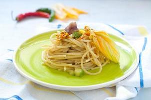 spaghetti con acciughe marinate, fiori di zucca e zucchine foto