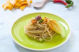 spaghetti con acciughe marinate, fiori di zucca e zucchine