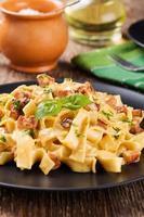pasta alla carbonara con pancetta, basilico e formaggio
