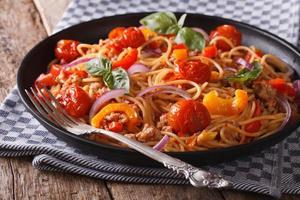 pasta con carne macinata e verdure primo piano orizzontale