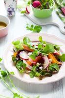 un'insalata di barbabietole su un piatto su un tavolo foto