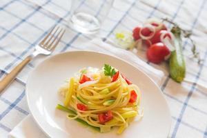 spaghetti con zucchine, porri e pomodoro fresco
