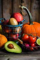 frutta e verdura su fondo in legno foto
