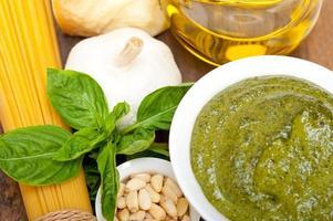 pesto di basilico tradizionale italiano ingredienti foto