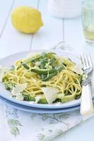 spaghetti alla chitarra di zucchine, cibo italiano. messa a fuoco selettiva. foto