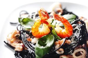 spaghetti neri con frutti di mare foto