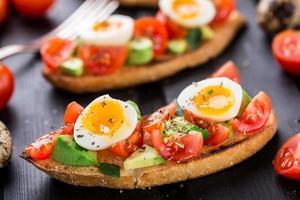 bruschetta con pomodoro, avocado e uovo di quaglia