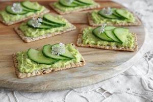 crackers rettangolari integrali di cetriolo verde e avocado con co foto