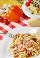 pasta con gamberi e mashrooms sul tavolo di legno