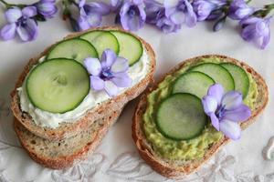 tramezzini verdi a lievitazione naturale con fiori viola commestibili foto