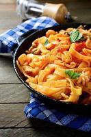 spaghetti con frutti di mare e salsa in padella foto