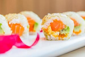 rotolo di sushi di salmone maki