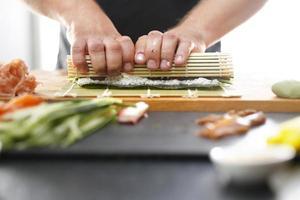 il maestro di sushi prepara il futomaki