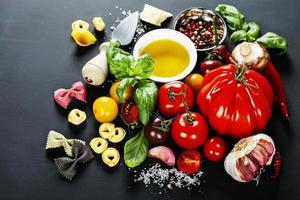 ingredienti italiani - pasta, verdure, spezie, formaggio