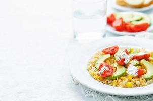 insalata con quinoa, lenticchie rosse, mais, avocado e pomodoro