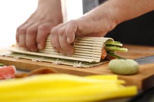 passaggi per la creazione di sushi foto