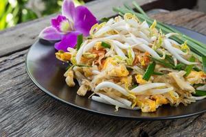 tagliatelle fritte tailandesi con i gamberi, rilievo tailandese foto