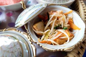 spaghetti di riso saltati in padella (pad thai) foto