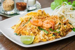 mescolare le tagliatelle di riso fritto con gamberi (pad thai), cibo tailandese foto