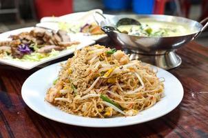 pad thai noodles in un centro di cibo cucinato di Hong Kong