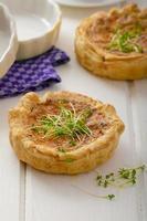 mini quiche di cipolla con pancetta e mais foto