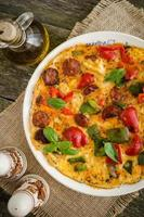 tortilla spagnola con salsiccia di chorizo e peperoni foto
