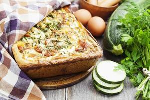 torta con zucchine, salsiccia ed erbe aromatiche foto