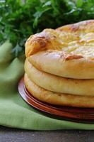 focaccia al forno con formaggio su un tavolo di legno foto