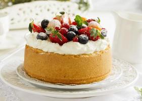 torta in chiffon con bacche estive e panna.