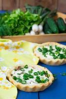 mini crostate con cipolle verdi, pancetta e ricotta