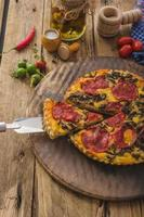 deliziosa quiche con chorizo, noci e formaggio tagliente
