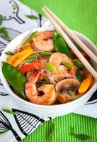 tagliatelle di vetro di riso con gamberi e verdure foto