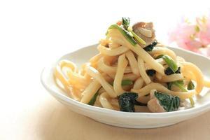 cibo cinese, noodles di farina fritti foto