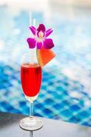 succo di anguria a bordo piscina foto
