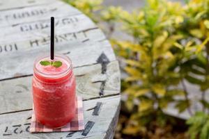 Bevanda dell'anguria di acqua dolce su legno foto