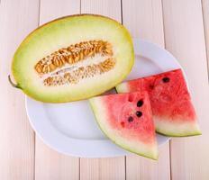 fette di anguria sul piatto su fondo in legno foto
