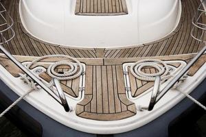 corde sul ponte della barca a vela