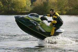 moto d'acqua moto d'acqua che salta fuori dall'acqua foto