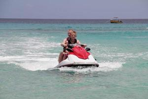 uomo con ragazzo su moto d'acqua