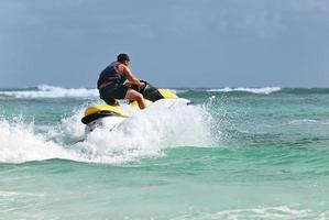 uomo guida sul jetski foto