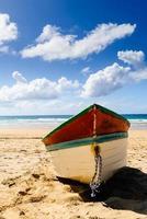 barca da pesca sulla spiaggia foto
