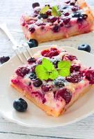 torta con frutti di bosco foto
