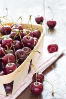 ciliegie rosse fresche in ciotola foto