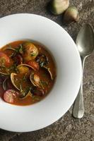 zuppa di molluschi e chorizo foto
