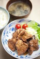 cucina giapponese buta no karaage (豚 の 唐 揚 げ, maiale fritto nel grasso bollente) foto